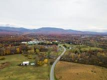 Antena da cidade pequena de Elkton, Virgínia no Shenandoah V imagens de stock