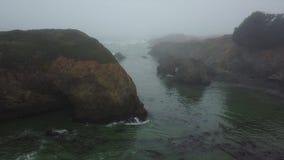 Antena da névoa, da água, e do litoral em Califórnia do norte filme