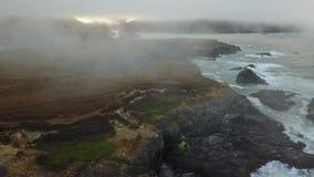Antena da névoa e do Rocky Coastline em Califórnia do norte video estoque