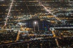Antena da noite da pista de decolagem do aeroporto Fotografia de Stock