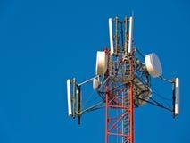 Antena da pilha, transmissor Torre móvel de rádio da tevê das telecomunicações contra o céu azul Fotografia de Stock Royalty Free