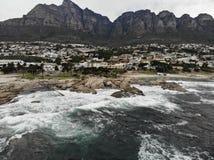 Antena da praia de Cape Town Campsbay com montanha Fotos de Stock Royalty Free