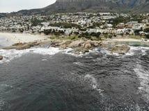 Antena da praia de Cape Town Campsbay com montanha Fotografia de Stock