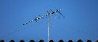 Antena da tevê de Digitas no telhado Imagem de Stock