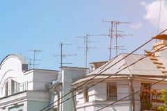 Antena da tevê no telhado da casa contra o céu azul Imagem de Stock Royalty Free