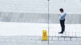 A antena da vista superior dos executivos anda na rua pedestre Imagens de Stock