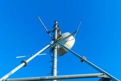 A antena das comunicações e o polo dos repetidores das telecomunicações foto de stock