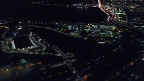 Antena das luzes e do tráfego em Oakland, Califórnia na noite vídeos de arquivo