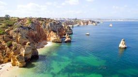 Antena das rochas naturais perto de Lagos Portugal Foto de Stock