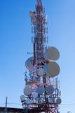 Antena das telecomunicações para o rádio, a tevê e a telefonia Foto de Stock
