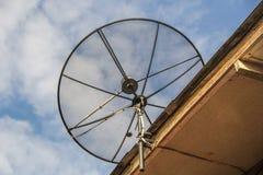 Antena de antena parabólica para la televisión en el tejado de la casa Imágenes de archivo libres de regalías