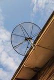 Antena de antena parabólica para la televisión en el tejado de la casa Fotografía de archivo libre de regalías