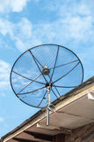 Antena de antena parabólica para la televisión en el tejado de la casa Foto de archivo libre de regalías