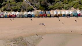 Antena de Brighton Bathing Boxes en Melbourne que hace frente al frente, movimiento del carro almacen de video