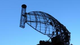 Antena de giro do sistema militar da defesa aérea do radar vídeos de arquivo