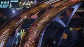 Antena de Hyperlapse del puente de la carretera con tráfico ocupado en la ciudad de Taipei del nigth metrajes