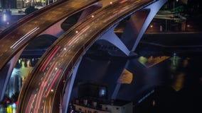Antena de Hyperlapse del puente de la carretera con tráfico ocupado en la ciudad de Taipei del nigth almacen de metraje de vídeo