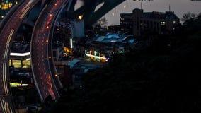 Antena de Hyperlapse del puente de la carretera con tráfico ocupado en la ciudad de Taipei del nigth almacen de video
