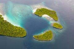 Antena de ilhas e de recifes tropicais em Raja Ampat fotos de stock