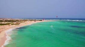 Antena de kitesurfing en Boca Grandi en la isla de Aruba almacen de video