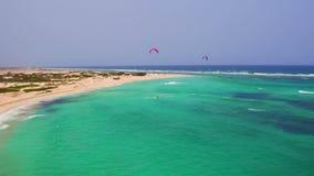 Antena de kitesurfing en Boca Grandi en la isla de Aruba metrajes