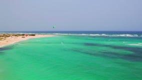 Antena de kitesurfing en Boca Grandi en la isla de Aruba almacen de metraje de vídeo
