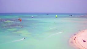 Antena de kitesurfing en el pescador Huts en la isla de Aruba almacen de metraje de vídeo