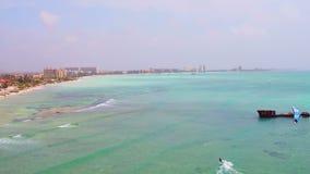 Antena de kitesurfing en el pescador Huts en la isla de Aruba almacen de video