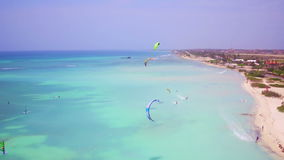 Antena de kitesurfing en el pescador Huts en la isla de Aruba metrajes