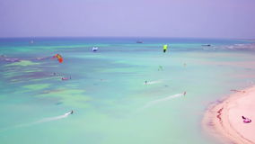 Antena de kitesurfing no pescador Huts na ilha de Aruba vídeos de arquivo