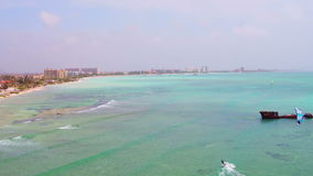 Antena de kitesurfing no pescador Huts na ilha de Aruba video estoque