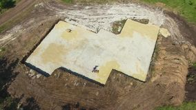 Antena de la arena de presión en hoyo de la fundación con el compresor vibratorio de la placa almacen de metraje de vídeo