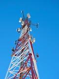 Antena de la célula, transmisor Torre móvil de radio de las telecomunicaciones TV contra el cielo azul Fotografía de archivo
