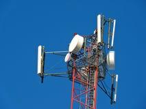 Antena de la célula, transmisor Torre móvil de radio de las telecomunicaciones TV contra el cielo azul Imagenes de archivo