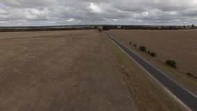 Antena de la carretera a través de tierras de cultivo en Australia almacen de metraje de vídeo