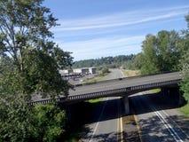 Antena de la carretera y de los caminos vacíos del paso superior debajo Foto de archivo