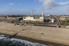 Antena de la central eléctrica de la playa en California meridional Foto de archivo