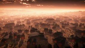 Antena de la ciudad remota del desierto en la puesta del sol en la niebla Imagenes de archivo