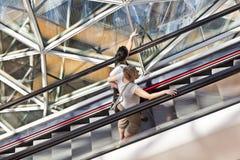 Antena de la gente que se coloca en una escalera móvil Imagenes de archivo