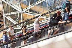 Antena de la gente que se coloca en una escalera móvil Foto de archivo libre de regalías