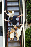 Antena de la gente que se coloca en una escalera móvil Fotos de archivo
