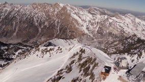 Antena de la línea de Ridge de la montaña con los edificios que hacen una pausa de la gente almacen de video
