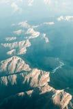 Antena de la montaña del aeroplano con luz del sol en la puesta del sol Foto de archivo libre de regalías