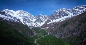 Antena de la montaña grande en las montañas italianas tirar adentro almacen de metraje de vídeo