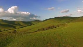 Antena de la naturaleza que sorprende de las colinas de la montaña bajo horizonte del verano almacen de metraje de vídeo