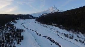 Antena de la nieve de Hood Timberline Meadows Creek Fresh del soporte de la puesta del sol metrajes