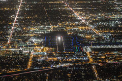 Antena de la noche de la pista del aeropuerto fotografía de archivo