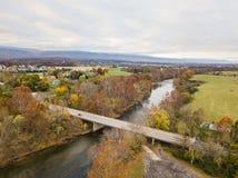 Antena de la pequeña ciudad de Elkton, Virginia en el Shenandoah V fotos de archivo