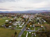 Antena de la pequeña ciudad de Elkton, Virginia en el Shenandoah V imagen de archivo