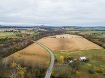 Antena de la pequeña ciudad de Elkton, Virginia en el Shenandoah V foto de archivo